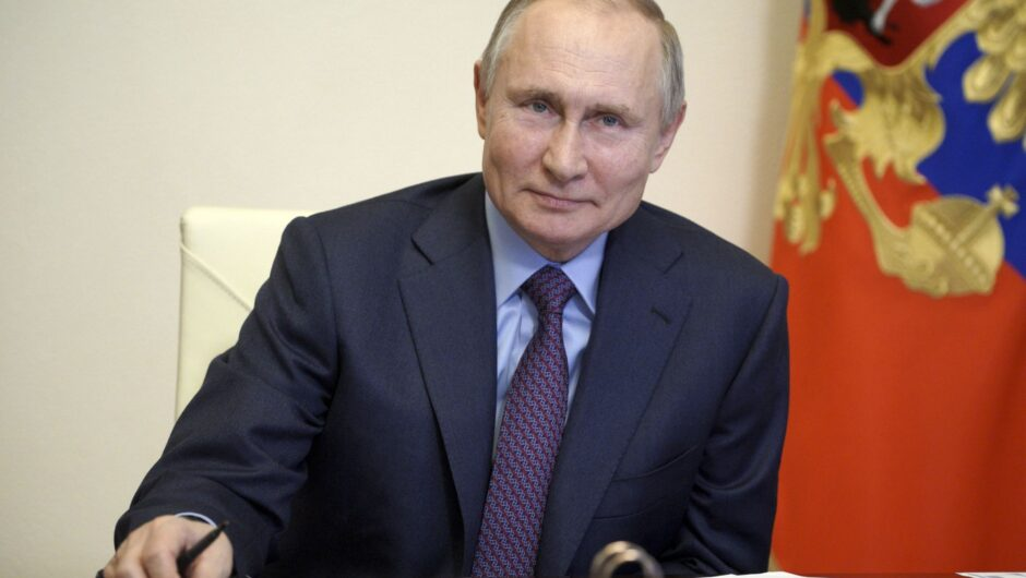 Putin gets jab of COVID-19 vaccine — out of the public eye