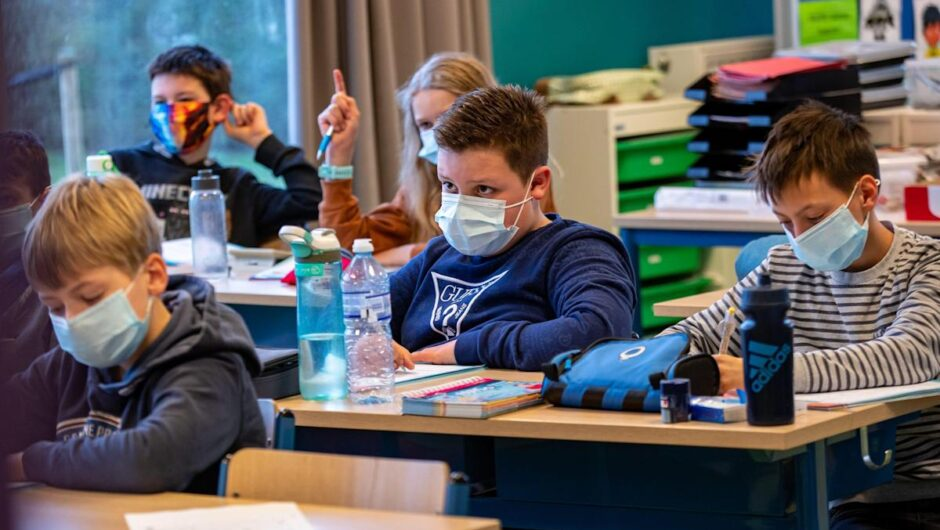 An unvaccinated teacher spread COVID-19 to 50% of students in a classroom after she took off a mask to read, CDC says
